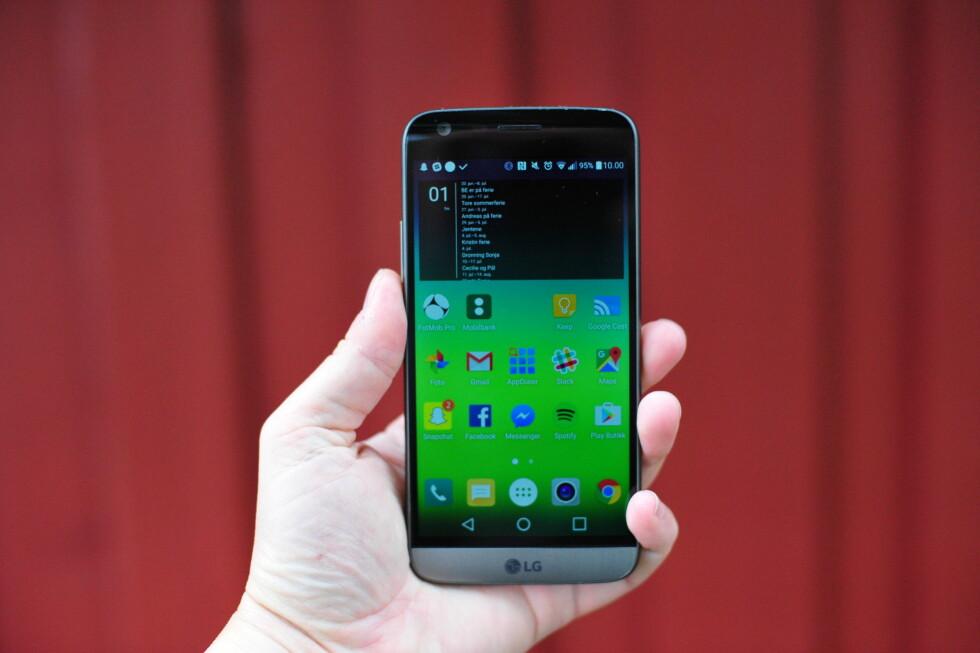 LIGGER GODT: Ikke mange telefoner føles så komfortable i hånda som LG G5. Foto: PÅL JOAKIM OLSEN