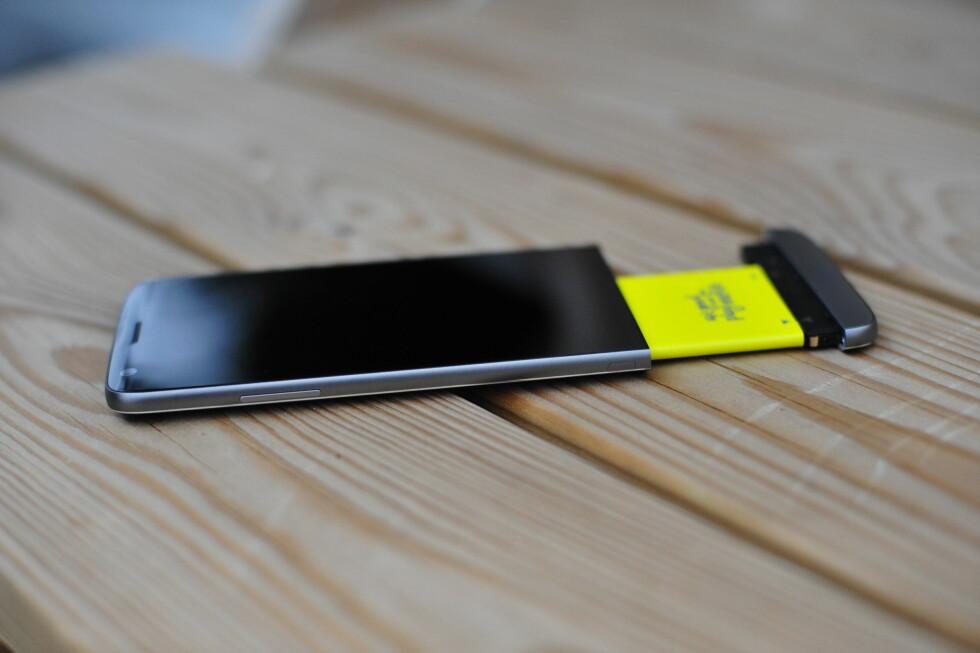 GULT BATTERI: LG G5 er en av stadig færre toppmodeller som lar deg bytte ut batteriet med et annet. Foto: PÅL JOAKIM OLSEN