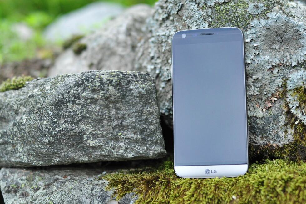 ELEGANT: LG G5 er pen å se på og god å holde, med skjermstørrelse på 5,3 tommer. Mest unikt er imidlertid at den nederste delen kan dras ut og byttes med en annen. Foto: PÅL JOAKIM OLSEN