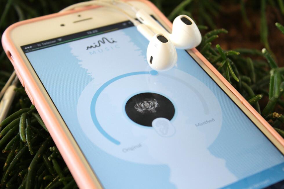 JUSTERER LYDEN: Etter du har tatt en hørselstest, kan Mimi Music korrigere lyden slik at frekvensene du hører dårligere forsterkes. Foto: KIRSTI ØSTVANG
