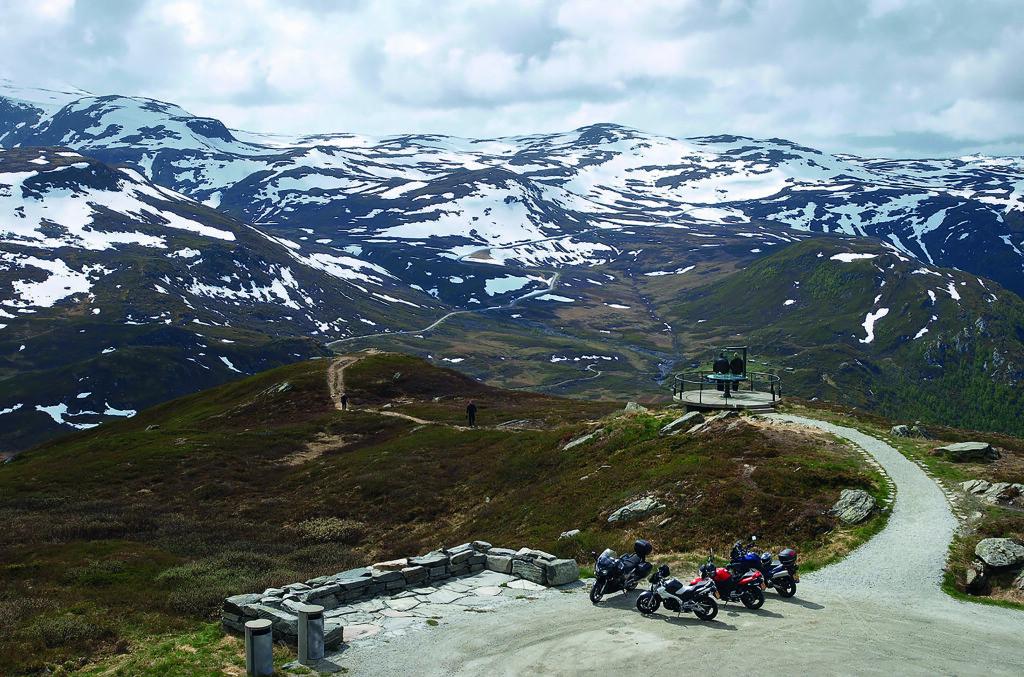 <b>TINDEVEIEN:</b> Underveis kan du stoppe på Oscarshaug og nyte utsikten over Jotunheimen.  Foto: Werner Harstad / Statens vegvesen