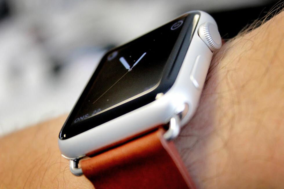 BRUKT, MED KINA-REIM: Vi kjøpte klokka vår brukt, og kjøpte reim fra Kina. Sammenliknet med Apples egne priser ble dette under halv pris! Foto: OLE PETTER BAUGERØD STOKKE