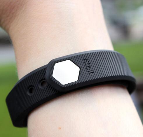MÅ TRYKKES HARDT PÅ PLASS: Når du først har klart å feste armbåndet rundt håndleddet, sitter det godt fast. Du får kanskje litt vondt i fingrene etterpå. Foto: KIRSTI ØSTVANG