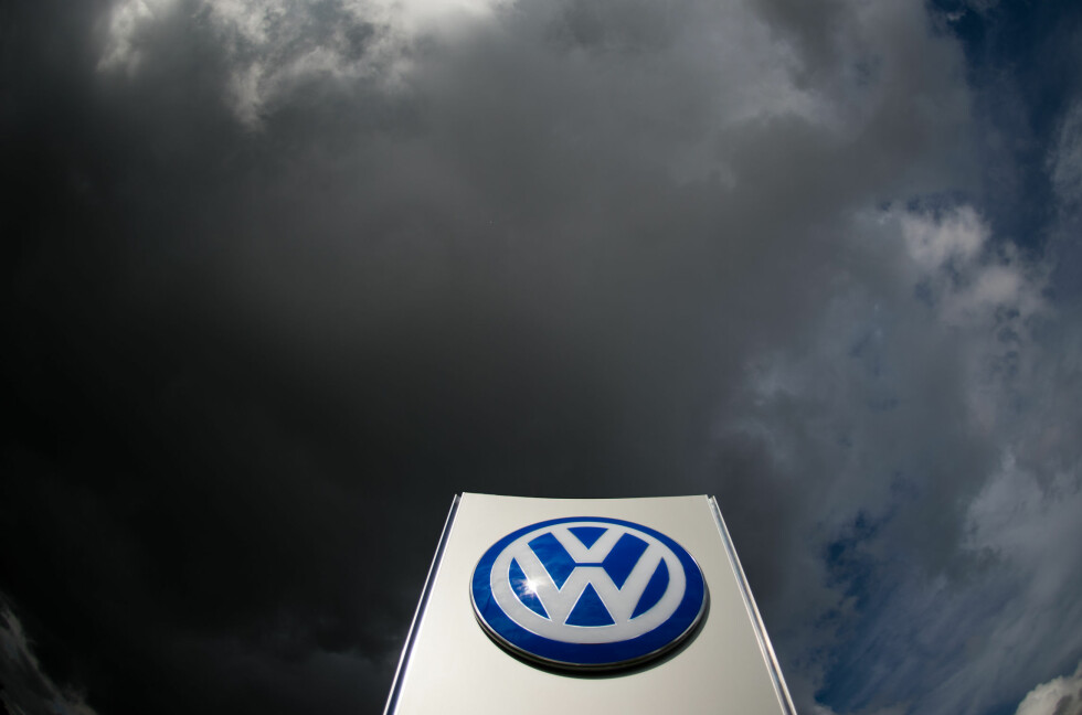 INGEN FLUKT: Selv om VW har vært i hardt vær det siste året, står de fortsatt på tronen når det kommer til solgte biler.  Foto: JULIAN STRATENSCHULTE/dpa/NTB Scanpix