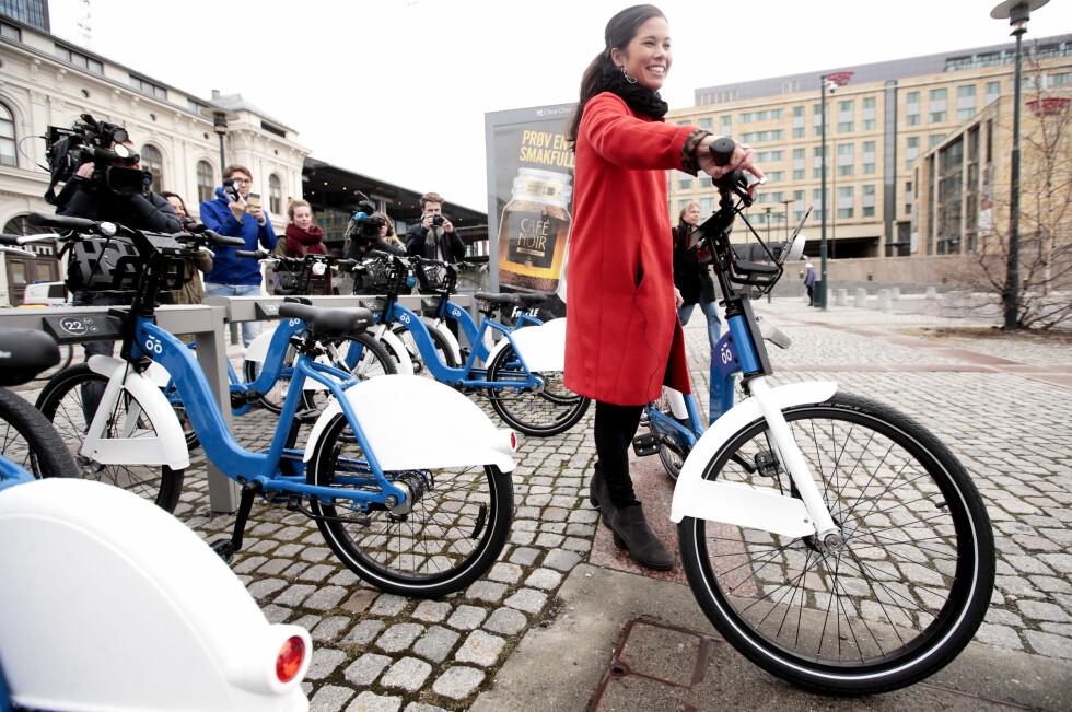 BRASK OG BRAM: Årets nye bysykler ble åpnet i april, med byråd for miljø og samferdsel Lan Marie Nguyen Berg som første syklist. Nå viser det seg at tilbudet ikke faller i smak hos alle.  Foto: LISE ÅSERUD / NTB SCANPIX