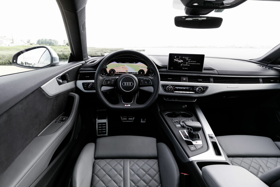 STRØKENT: Audi er blitt særs gode på interiør. Dette ser lekkert ut og er brukervennlig. Likheten med nye A4 er slående.  Foto: AUDI