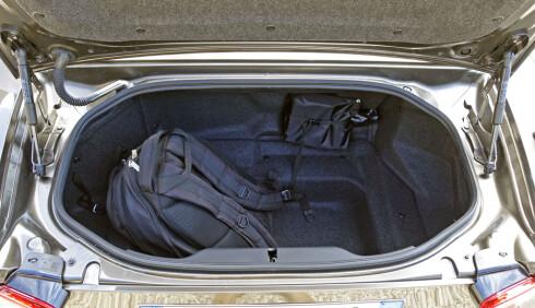NOE STØRRE, MEN... Bagasjerommet rommer ti liter mer enn det i Mazda MX-5 på grunn av lengre overheng bak. Foto: KNUT MOBERG