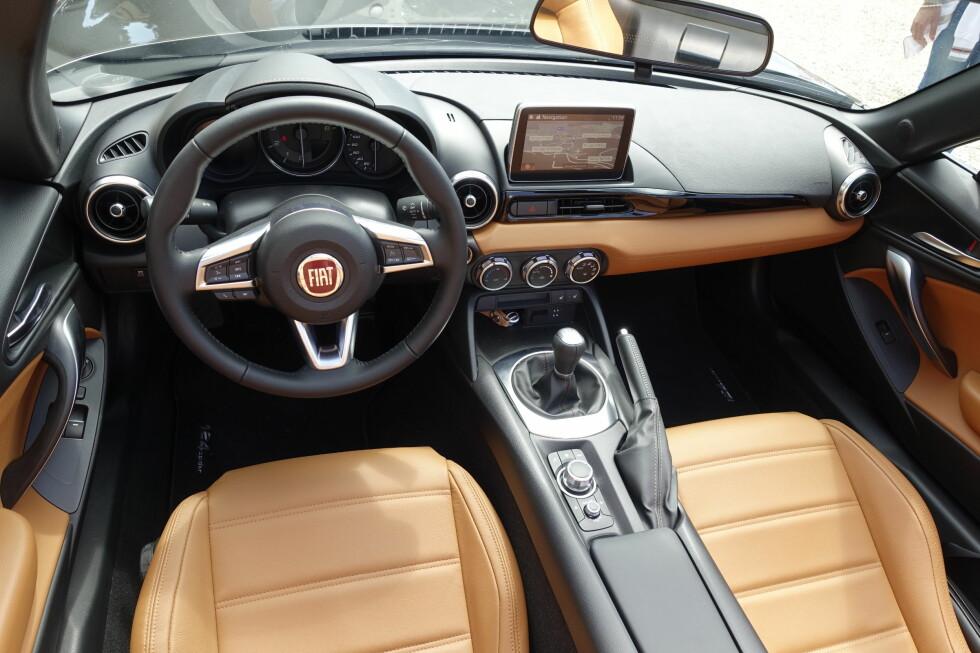 TRANGT, MEN VELLAGET: Interiøret i Fiat 124 Spider ligner mer på det i Mazda MX-5, men Fiat har tilføyd litt mer raffinement når det gjelder materialvalg, i det minste i vår testbil i Lusso-utgave. Foto: KNUT MOBERG