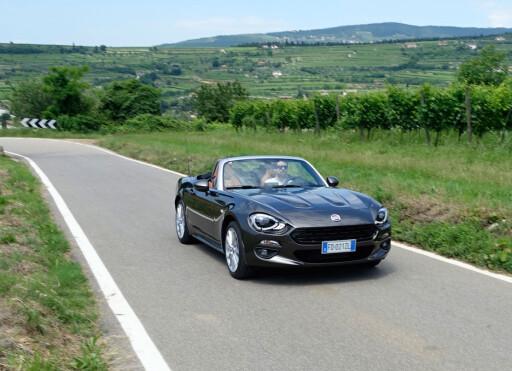 RETTERE SNUTE: Mer i tråd med klassiske roadstere, er fronten mer lodrett med en markant grill. Italienerne har lykkes godt i å lage en annerledes bil enn MX-5. Foto: KNUT MOBERG