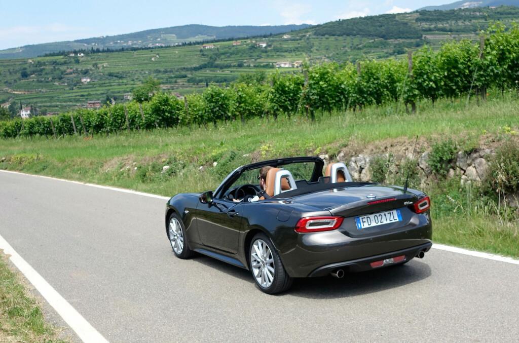 <b>ÅPEN SJARMØR:</b> Italiensk roadster i Italia - det blir sjelden feil. Det gjør ingenting at Fiat 124 Spider er basert på en japansk bil - og italienerne har tilført den sin egen sjarm - og en god selvutviklet motor på 140 hester. Foto: KNUT MOBERG