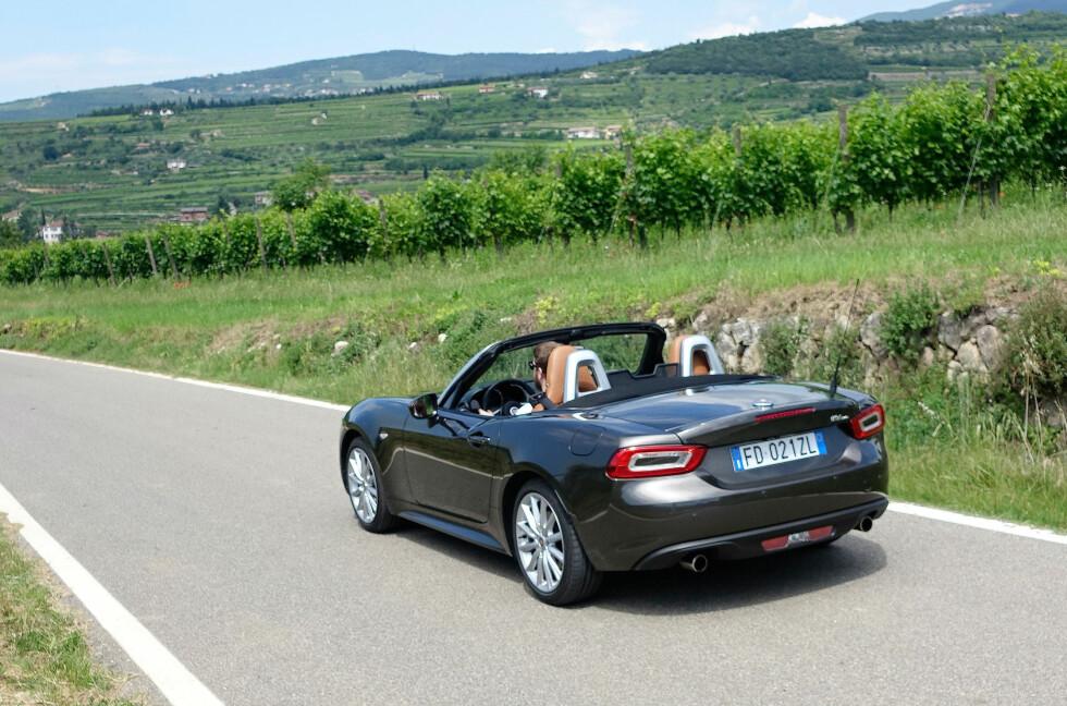 ÅPEN SJARMØR: Italiensk roadster i Italia - det blir sjelden feil. Det gjør ingenting at Fiat 124 Spider er basert på en japansk bil - og italienerne har tilført den sin egen sjarm - og en god selvutviklet motor på 140 hester. Foto: KNUT MOBERG
