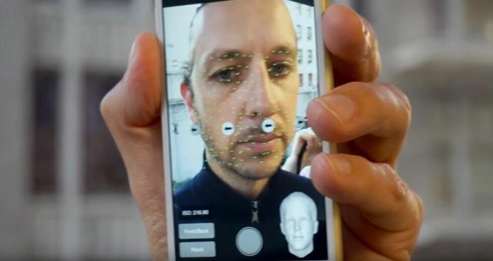 ENKELT: Beveg hodet fra side til side mens appen tar en rekke bilder av ansiktet ditt. I neste omgang lages en 3D-modell som du kan betrakte fra alle vinkler. Foto: YOUTUBE