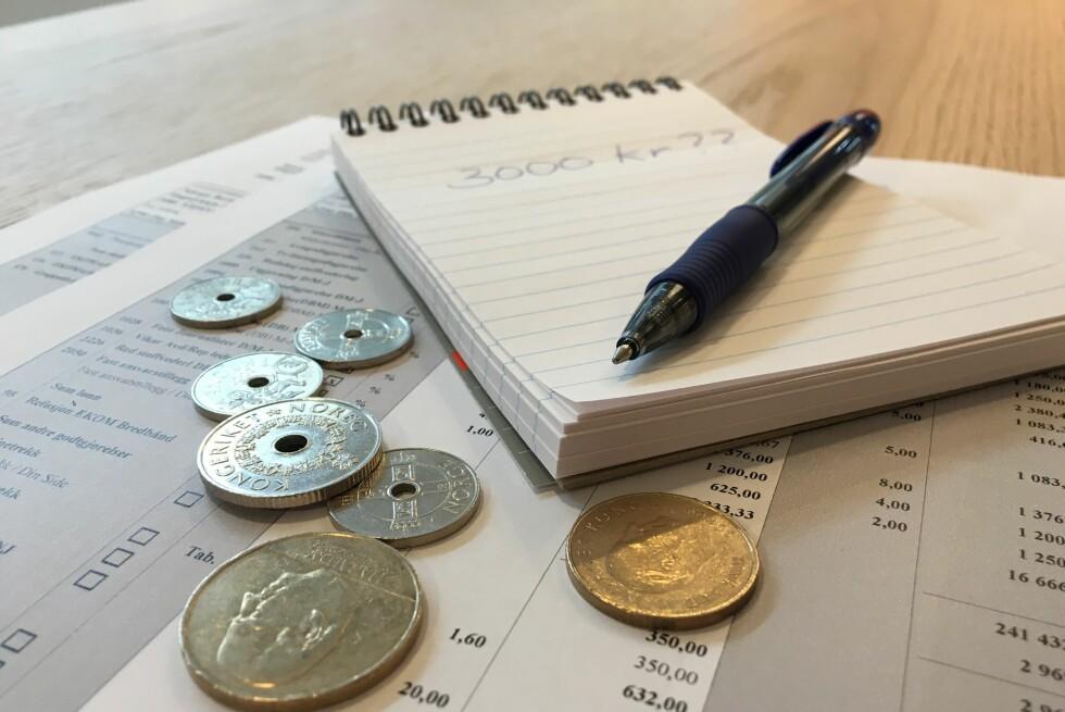 SJEKK LØNNSSLIPPEN: Føler du at du har fått for mye i lønn, er det smart å se på lønnsslippen eller sjekke med jobben.  Foto: BERIT B. NJARGA