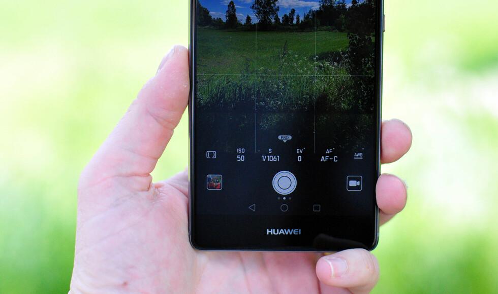 AVANSERT: Du kan gjøre mye gøy med Huaweis kameraapp, enten det dreier seg om å male med lys, ta sort/hvitt-bilder, simulere en større blenderåpning eller eksponere manuelt. Foto: PÅL JOAKIM OLSEN