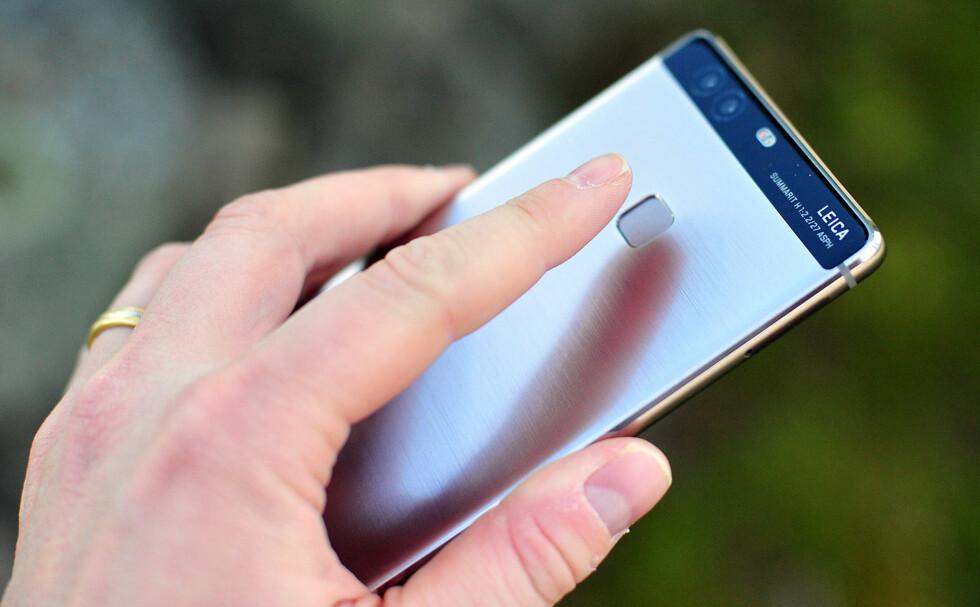RASK: Fingeravtrykksleseren på baksiden av telefonen låser opp telefonen lynraskt, og kan også brukes for å se varsler, bla i bilder eller ta bilder med selfie-kameraet. Foto: PÅL JOAKIM OLSEN