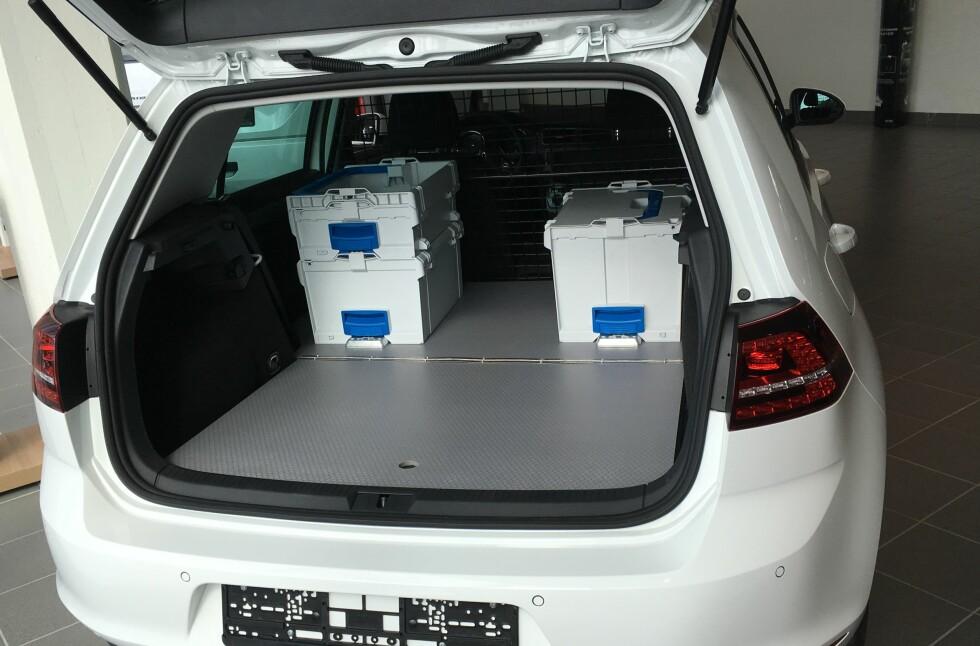 SPESIAL: For 12.000 ekstra får du installert ekstra sikkerhetsvegg og lastegulv.  Foto: Sortimo/Volkswagen