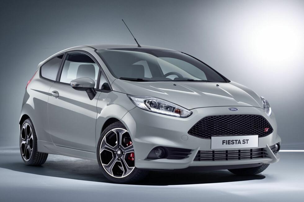 KRAFTTAK: Ford Fiesta ST200 ble vist i Genève i vår og nå er den i produksjon. Som navnet indikerer har den 200 hestekrefter - 1,6-litersmotoren er en real kraftpakke og gir ytelser som ingen Fiesta på markedet før den. Foto: FORD