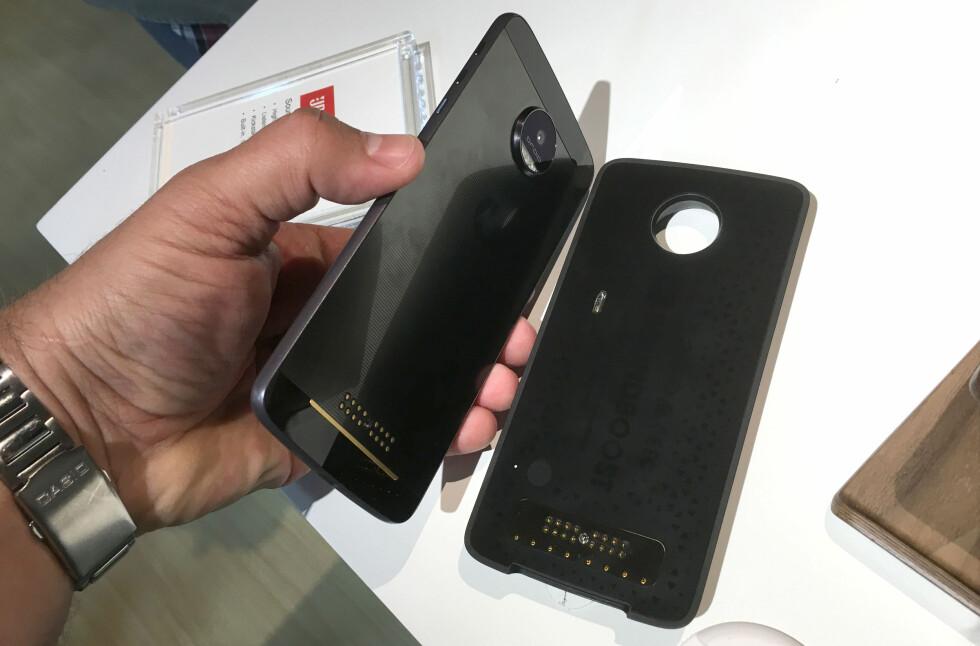 MODUL-TELEFON: Syltynne Moto Z fra Lenovo kan enkelt gjøres om til projektor, høyttaler og mye mer.  Foto: BJØRN EIRIK LOFTÅS