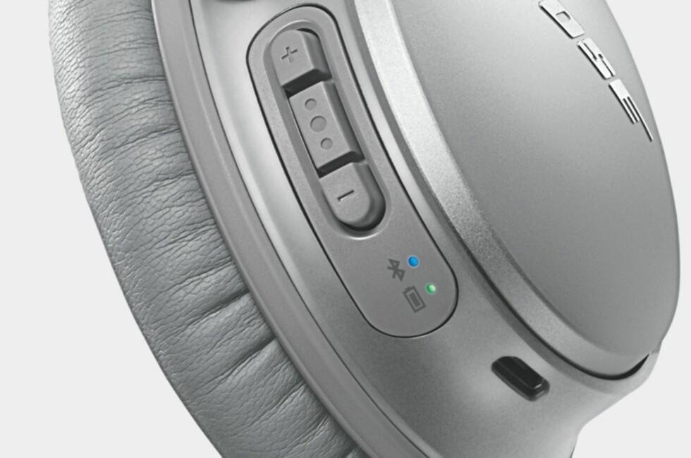 MED KNAPPER: Nye QC35 fra Bose trenger ikke kabel og har også knapper for regulering av volum og mer til. Foto: BOSE