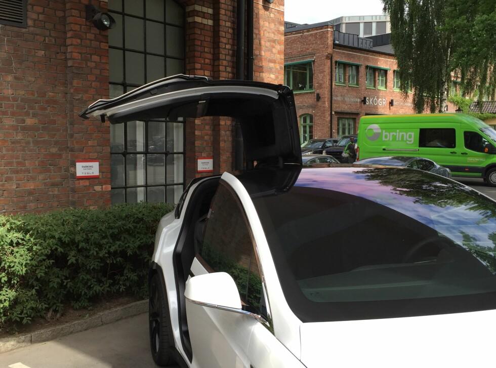 PASS PÅ: Model X har bakdører noe utenom det vanlige. Foto: RUNE MARTIN NESHEIM