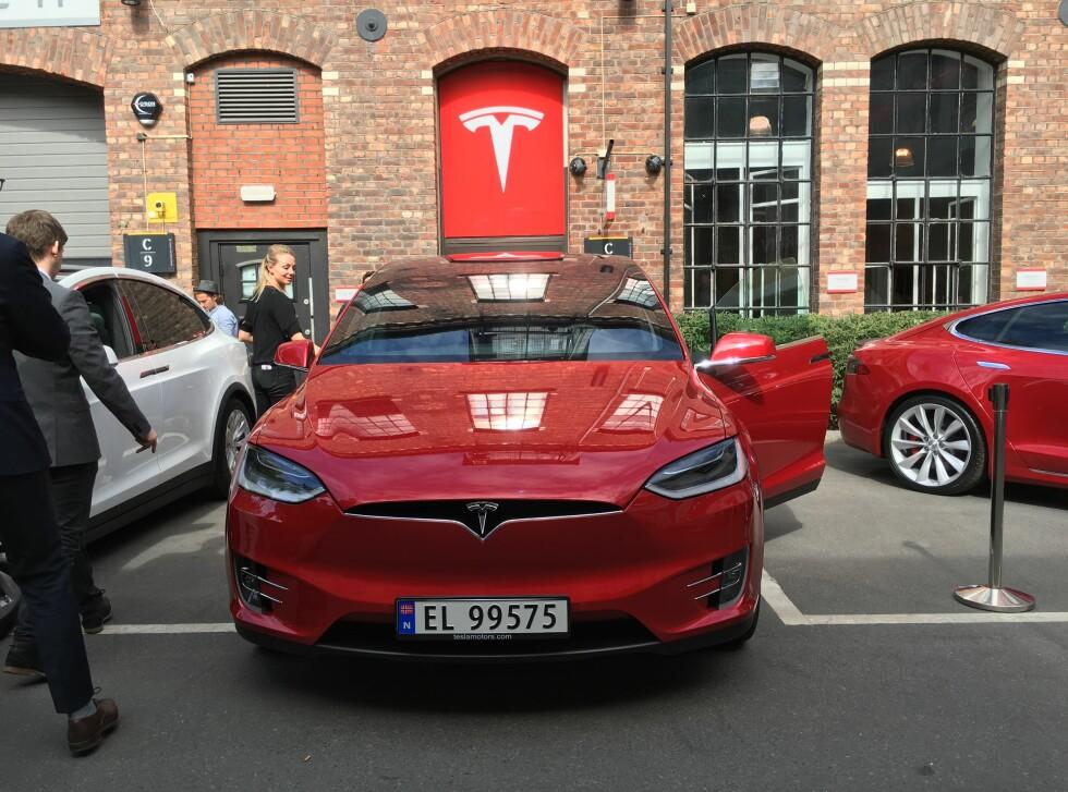 PÅ PLASS: Rødt, hvitt og kanskje seinere blått? Model X er på plass utenfor Tesla på Skøyen.  Foto: JAMIESON POTHECARY