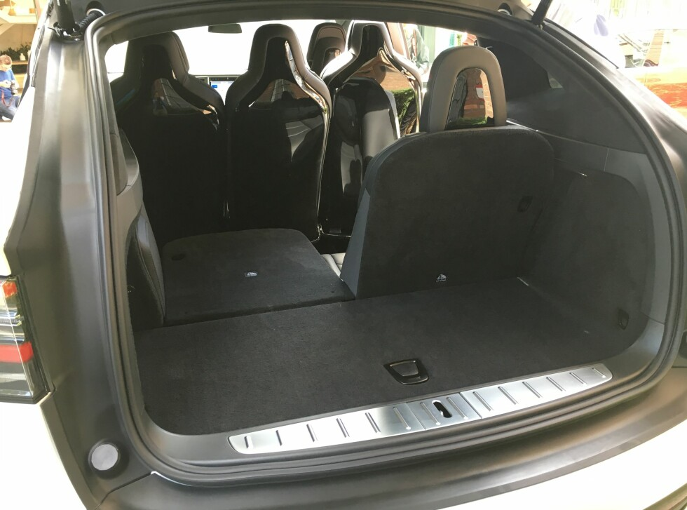 GOD PLASS: Selv med syv seter byr Tesla Model X på god bagasjeplass.  Foto: KNUT ARNE MARCUSSEN