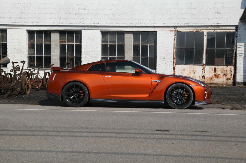 LANG: GT-R måler 471 centimeter i lengde, noe som er uvanlig langt for en sportsbil å være. Foto: KNUT ARNE MARCUSSEN