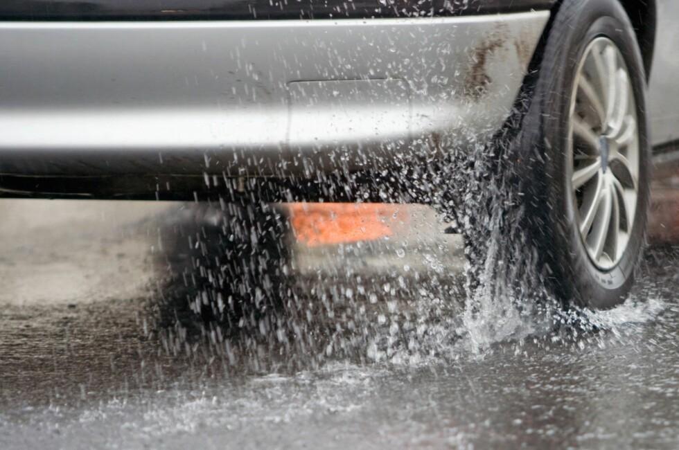 FARLIG: Med vinterdekk - også uten pigger - er det påvist at risikoen for vannplaning øker betraktelig. Da er det i stedet faktisk bedre med slitte sommerdekk.  Foto: DEKKMANN