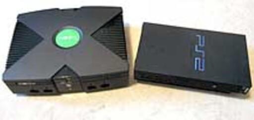 KOLOSS: XBoxen (t.v.) var ganske mye større enn hovedkonkurrenten Playstation 2. Foto: DINSIDE