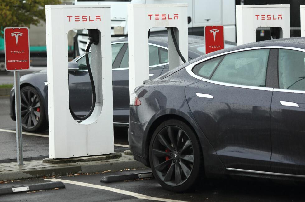 VIL KOSTE: Når Tesla ruller ut Model 3 vil det også trolig medføre at det vil koste penger å benytte seg av Supercharger-nettverket med ladestasjoner. Foto: DPA