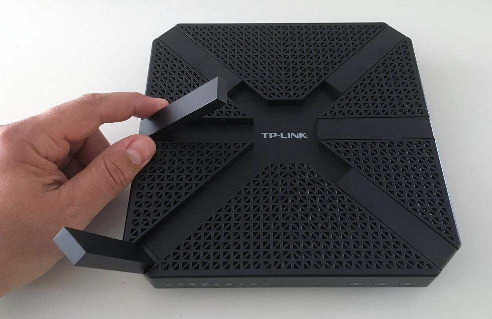LIKER: Under transport eller bortpakking kan antennene foldes inn i ruteren på denne måten. Foto: BJØRN EIRIK LOFTÅS