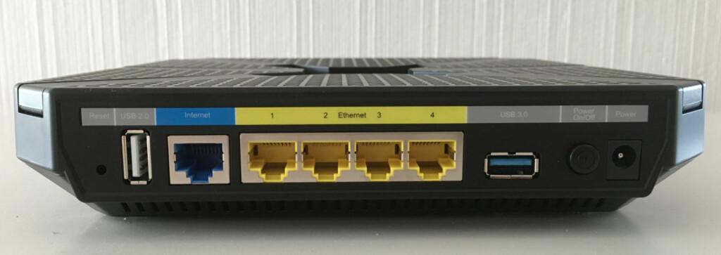 BAKSIDEN: Du kan koble til to USB-enheter og inntil fire andre enheter via nettverkskabel. Foto: BJØRN EIRIK LOFTÅS