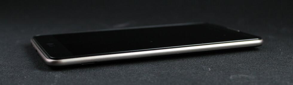 TYNN: LG Stylus 2 har en tykkelse på 7,4mm og ser ganske delikat ut i våre øyne. Foto: PÅL JOAKIM OLSEN
