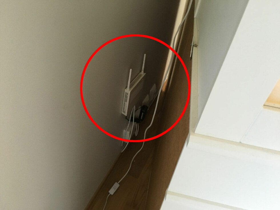 <strong><B>LANGT FRA OPTIMALT</B>:</strong> Her har montøren plassert den kombinerte fiberboksen og trådløsruteren fra Get bak et vitrineskap. I de fleste tilfellene betyr dette både redusert hastighet og rekkevidde. Foto: BJØRN EIRIK LOFTÅS