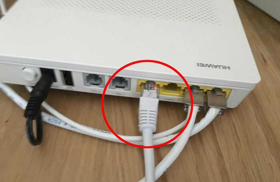 ... og den andre enden til en ledig LAN-port på boksen som kom fra internettleverandøren din. Foto: BJØRN EIRIK LOFTÅS