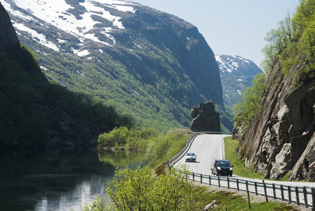 <b>BRUKER BILEN:</b> Kombinasjonen av flott natur og tomme veier lokker befolkningen ut på tur.  Foto: Samfoto