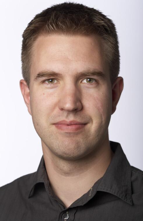 AVVISER: Seksjonsleder i produktseksjonen til Miljødirektoreatet Håkon E. Larsen avviser at det foreligger planer om å gjøre vasking av biler hjemme ulovlig i Norge. Foto: Miljødirektoratet