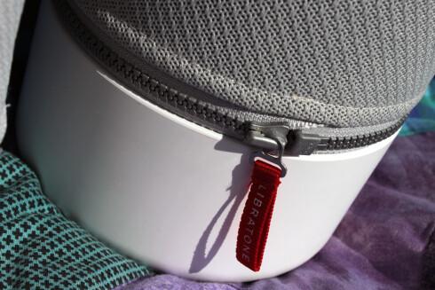 GLIDELÅS: Du skifter trekk på høyttaleren ved å dra opp glidelåsen nederst. Ekstra trekk koster cirka 300 kroner. Foto: KIRSTI ØSTVANG