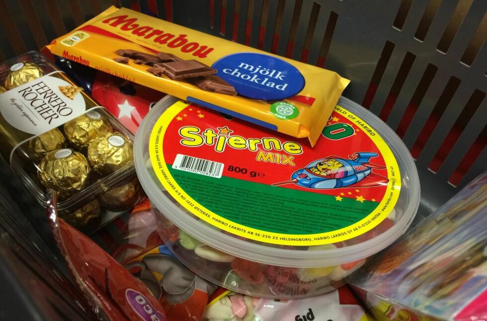 BILLIGST I BUTIKK: Nettprisene på godteri er høyere enn de i butikk. Men - du slipper å kjøre til Sverige. Foto: BERIT B. NJARGA