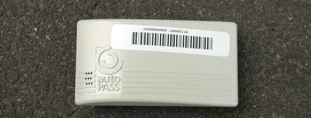 HVA SKAL UT?: Med tiden kan det være vi må bytte ut den kjente Autopass-brikken mot en satellittbrikke.  Foto: NTB scanpix