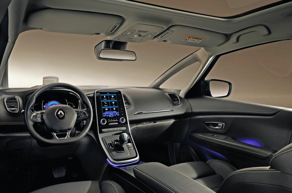 TIDSRIKTIG: Med rene linjer og skjerm på høykant, head-up display i farger og et svært begrenset antall knapper, er førermiljøet i nye Renault Scénic og Grand Scénic så absolutt i tiden. Foto: RENAULT