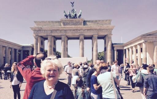 TYSKLAND KREVER BEVIS: Ved sykehusinnleggelse i Tyskland, krever de Europeisk helsetrygdkort, forteller Emma Elisabeth Vennesland i Europeiske reiseforsikring. For anledningen i Berlin. Foto: IF