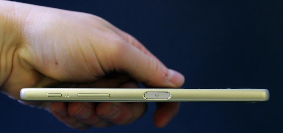 PÅ SIDEN: Som på Z5-modellene har Sony bevart fingeravtrykksleseren på siden av skjermen. Mest kjekt for de som holder telefonen i høyre hånd, men den kan også nås med venstre peke- eller langfinger. Foto: PÅL JOAKIM OLSEN