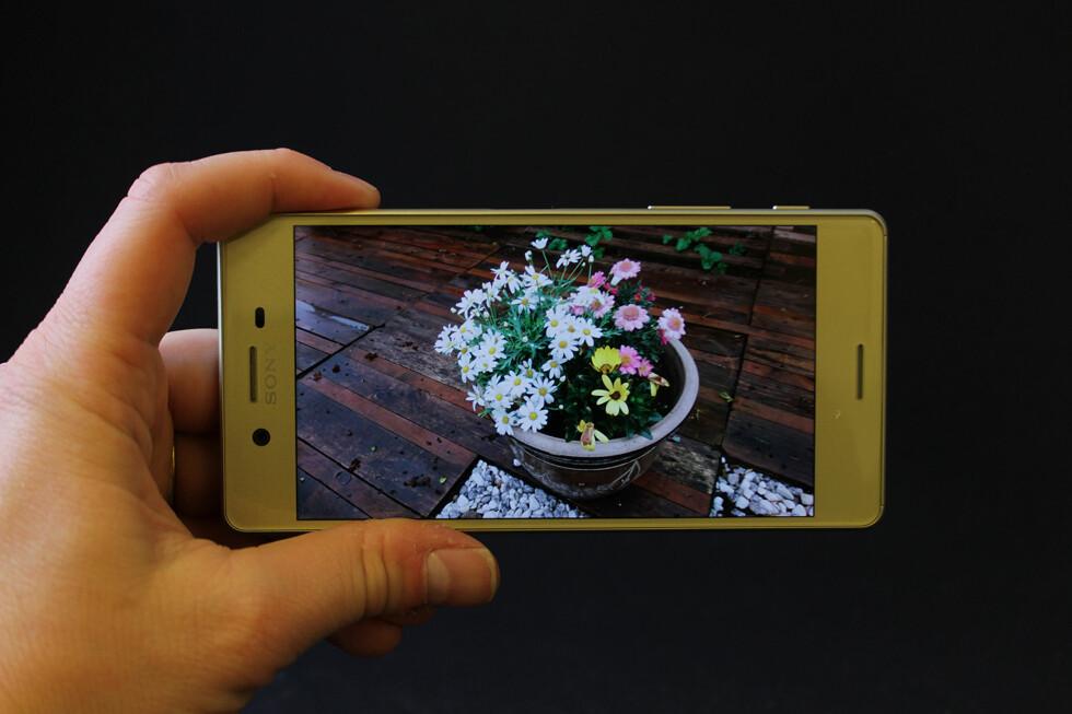 GOD SKJERM: Med full HD-oppløsning fordelt på fem tommer, fremstår Xperia X-skjermen som svært skarp. Den har også god innsynsvinkel, men synes ikke så godt i direkte sollys. Foto: PÅL JOAKIM OLSEN