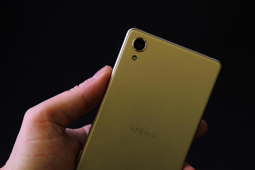 NÅ UTEN GLASS: Mens Xperia Z5 hadde glass på baksiden, har Sony valgt å gå for aluminium på Xperia X. Foto: PÅL JOAKIM OLSEN