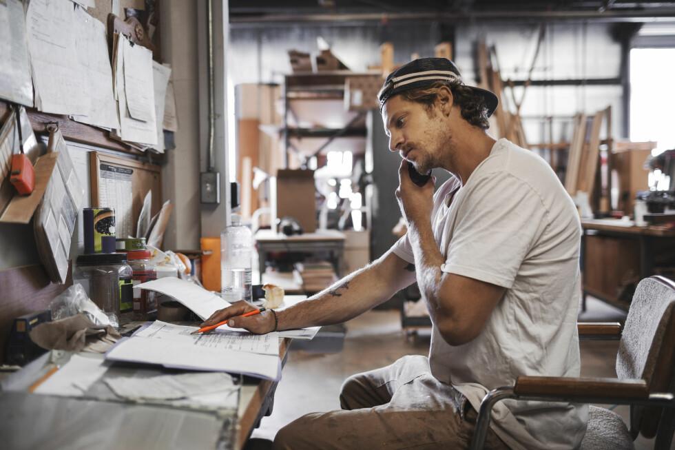 <strong><b>TALATUTEN:</strong> </b>Det finnes fortsatt mennesker der ute som kaller mobilen for «talatut». Og folk snakker fortsatt i den. Foto: MASKOT / NTB SCANPIX