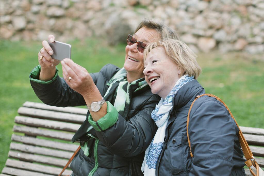 MULTIMEDIALE MELDINGER: Snapchat, Facebook, iMessage, e-post – alternativene for å sende bilder er mange. Men MMS nekter å dø. Foto: MASKOT / NTB SCANPIX