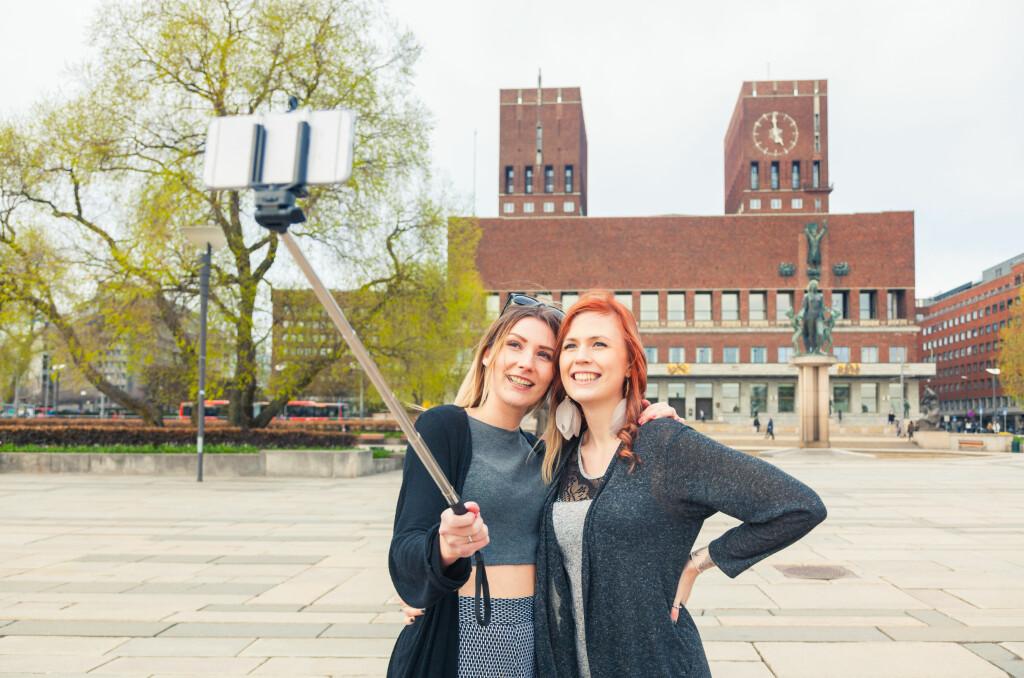 <b>UKJENT ANTALL: </B>Hvor mange selvportretter tatt med stang som sendes mellom nordmenn sier ikke tallene noe om. Men de sier det meste om mobilbruken ellers. Foto: SHUTTERSTOCK / NTB SCANPIX