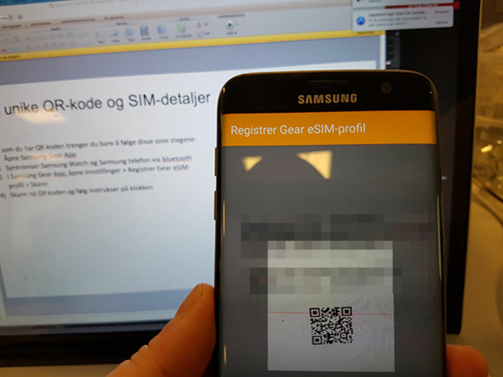 ENKELT: Skann en QR-kode med Gear-appen, og vips, så er klokka klar til å brukes frittstående. Foto: PÅL JOAKIM OLSEN