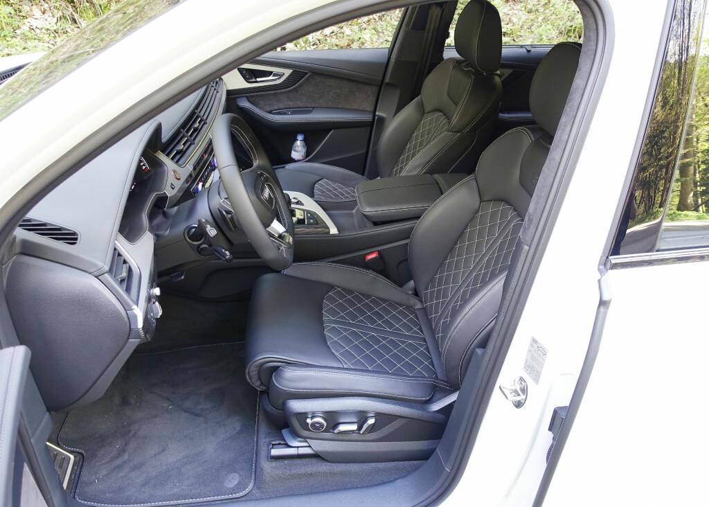 ET GODT STED Å VÆRE: Utmerkede sitteplasser foran i Audi SQ7. Sidevangene i testbilen var elektrisk justerbare og ga til ebhver tid ypperlig sidestøtte. Foto: KNUT MOBERG